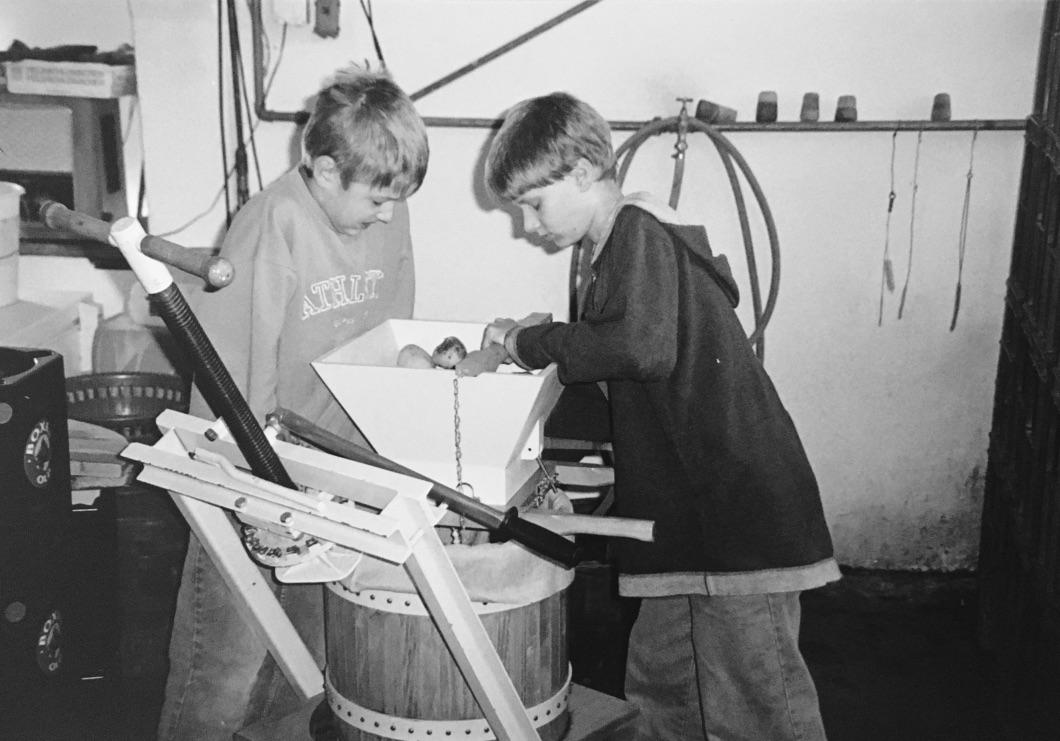 Geoffrey und Sebastian an der Handpresse